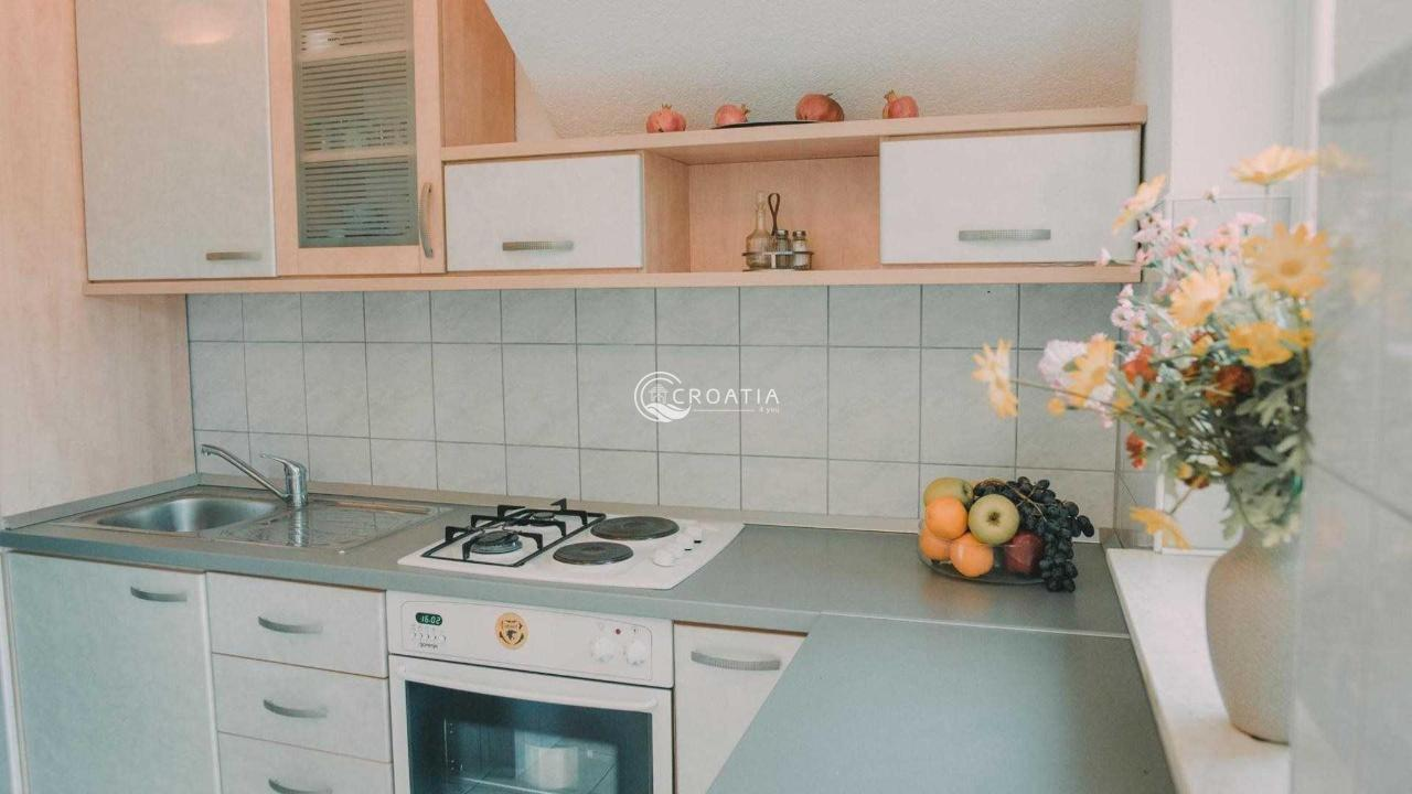 Vila sa apartmanima prvi red do mora u Rogoznici